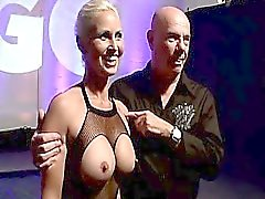 Arschlöchern geiler sehen Big Tit blonden Mann lecken und lutscht sofort dicke Schwänze