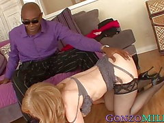 Busty MILF Nina Hartley facialized efter ridning svart dick
