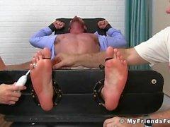 Hot Geck Aceera bekommt seine Lutsch Füßen gekitzelt von älteren Jungs