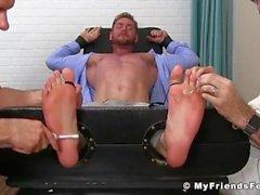 Le mec chaud Aceera obtient ses pieds sucer chatouillés par les gars plus âgés