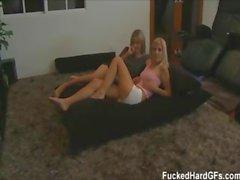 Carmen und ihre Freundin Shaye ficken ihrem Freund auf diese hausgemachten Sex-Video