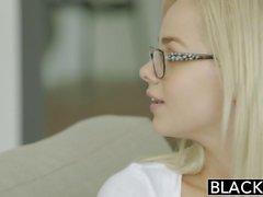 menina branca Petite Elsa Jean deepthroats um pornô interracial BBC