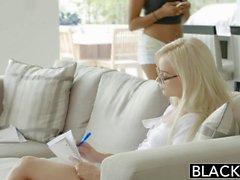 Petite valkoinen tyttö Elsa Jean deepthroats BBC interracial porno