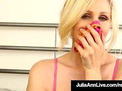 Busty Cougar Julia Ann em Bras Calcinha e meias para você!