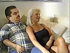 Blondes Gemahlin ruft von Bolzen vor ihren dumme Mann durchgefickt