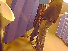 Надевая показать и получая руку помощи в общественном туалете