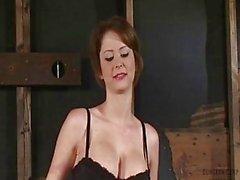 Emily Addison Cuerpo maravilloso atado y follada por máquina de mierda - Orgasmos
