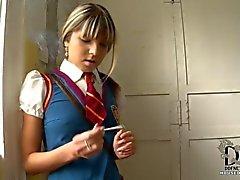 Schoolgirl yakalandı sigarayı alır