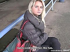 HALT Miststück - schwarzes Haar Mütter Tschechisch aufgenommen am Busbahnhof