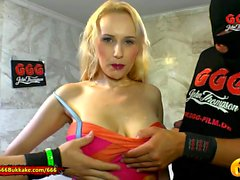 Extreme Piss Lover Angel Wicky bekommt ihre großen Titten nass