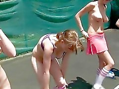 Lesbos estão tendo o prazer na frente da câmera