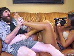 Sexy schwarze Mädchen arbeitet einen Schwanz mit ihren Füßen