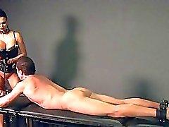 Kayışla susturulmuş köle metresi tarafından becerdin alır