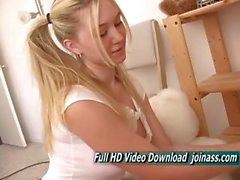 Alison Angel Engel Gesicht mit blau Innocent Eyes