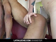 LatinLeche - stud Latino entasse deux queues dans sa bouche