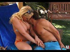 Потрясающая блондинка Outdoor Черт Кэгни Линн Картер