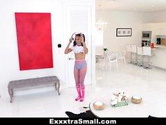 ExxxtraSmall - Energisches schwarzes Mädchen wird entbeint