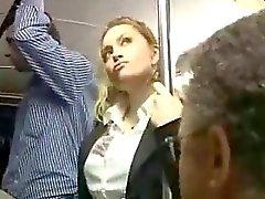 Menina loura sexy abusada em Bus