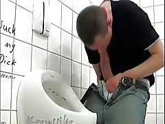 Hängda Tjock resa upp Wanking på offentlig toalett