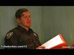 Transe Cop saugt Hahn im Büro