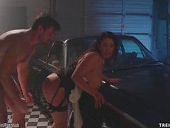 Angela White si fa scopare hardcore in un garage