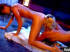 Two babes like to finger each other