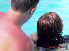 Sexy Babe Nikki Benz liebt Sex im Pool