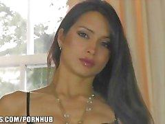 Superbe brunette français montre sa lingerie & masturbates