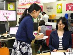 Monstro peitos asiáticas no escritório