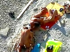 2 Parejas follan en la playa