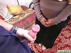 Arab gal material una gran polla en su boca chupándola