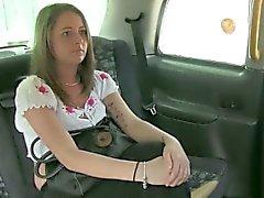 Klein Titten klein Fahrgasts pursuaded im Auto zu gebohrt bekommen