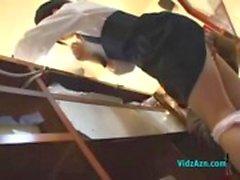 Asian Girl Fingered enquanto cumpria Boquetes Cliente Dando Na parte de trás do Buffet