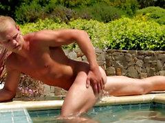 Al aire libre dude jerking junto a la piscina antes de flujo jizz