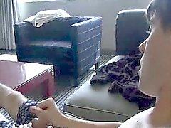 Amatör hingst visar fötterna och fjantar IT- på soffan