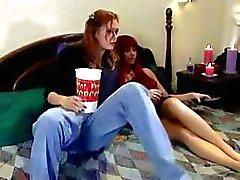 Sıcak lezzie ona kırmızı saçlı lezbiyen pisi arkadaşı düşük aşağı virajlı ve bir kayış-on ile onu yapar