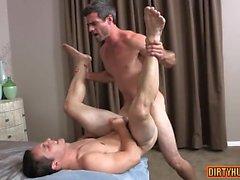 sesso anale gay muscolare con sborrata