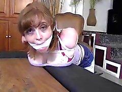 Babysitterin gefesselt und geknebelt spalten