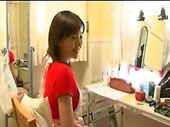 Seksi Japon ev hanımı sert bir sondaj alır ve yenik düşer
