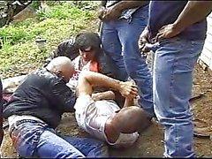 Asqueroso escena del tres hombres de raza negra mear en idiotas en blanco