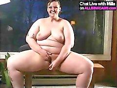 Knubbig brunett med stora tuttar poserar och gnuggar och leksaker fett fitta