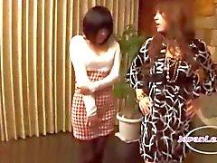 2 Aziatische meisjes zoenen klopte op van hen Aan haar tepels zoog op de bank in de Sitting Roo