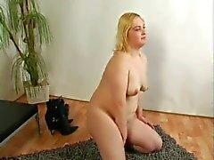 Fat Chubby Blonde Ex-vriendin toont haar Hairy Pussy