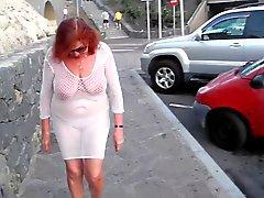 Красивые зрелые шлюха прогулок по городу с голыми Boobs