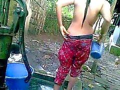 Desi Aldea Chica con grandes tetas que toma el baño en públicos