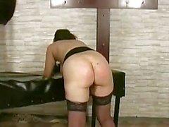 Bir kız Kremsi Her Yrd iğneler ve Sopalar Dungeon In onu Pussy becerdin Yüz Almak ile İşkence Başlarken