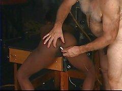 Busty siyah köleyere ipli ve onu master büyük horoz emmek zorundadır