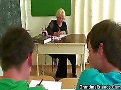 Kaksi kiimainen oppilaat bang vanha opettaja