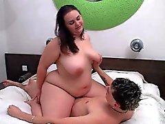 Жира массажистка трахает ее клиента