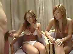 twee Japanse meisjes kijken naar twee lullen 1 cfnm